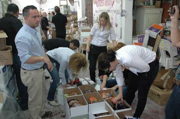 מנהלי-לקוחות-עסקיים-סלקום-מתנדבים-באריזת-מזון-לנזקקים-בחסדי-נעמי- קמחא דפסחא