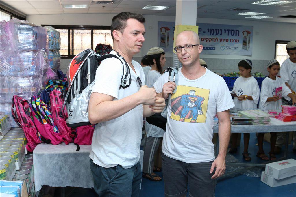 אורזים ערכות לבית הספר עם ערן זרחוביץ ושרון טייכר